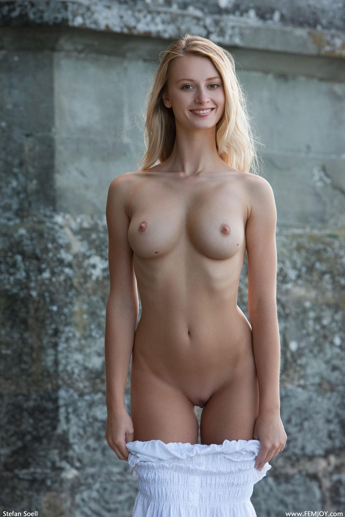 Short black nude women pics