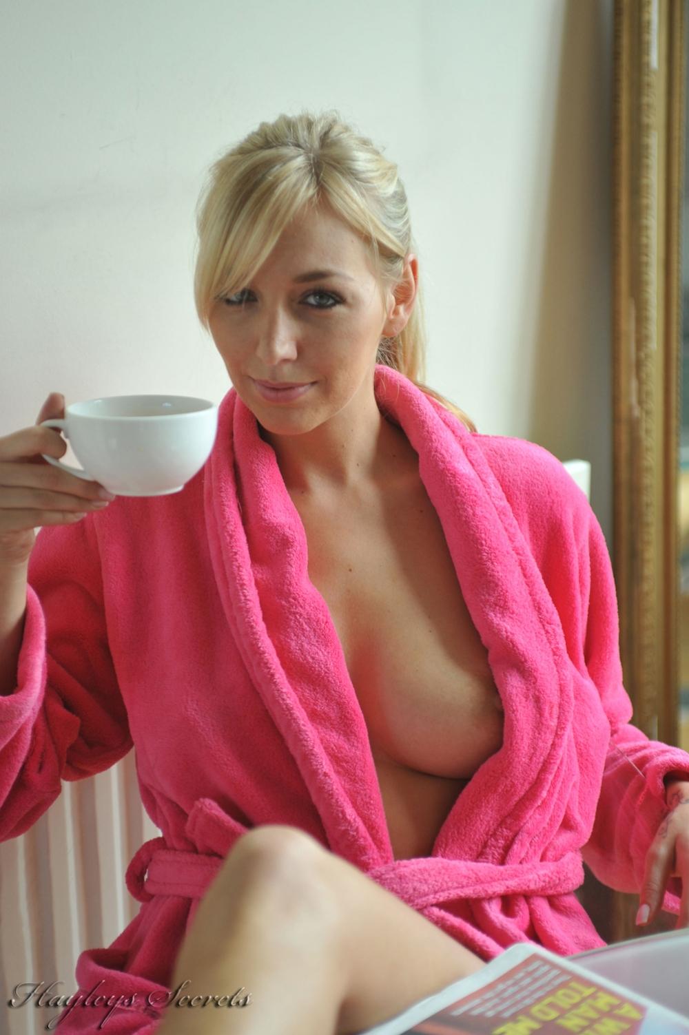hayley marie nude öffnen robe