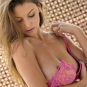 Amber Sym Takes Pretty Pictures