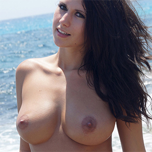 Amy Busty Beach Beauty U Got It Flaunt It