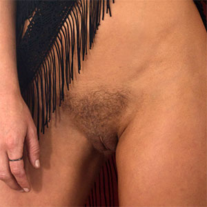 Rachel Harris Shows Off Her Hairy Muff