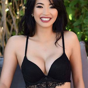 Reina Sexy Asian Beauty In Black Lingerie